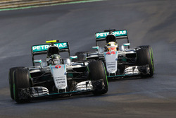 Нико Росберг, Mercedes AMG F1 W07 Hybrid, и Льюис Хэмилтон, Mercedes AMG F1 W07 Hybrid