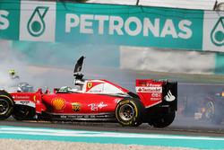 Себастьян Феттель, Ferrari SF16-H и Нико Росберг, Mercedes AMG F1 W07 Hybrid, столкновение на старте