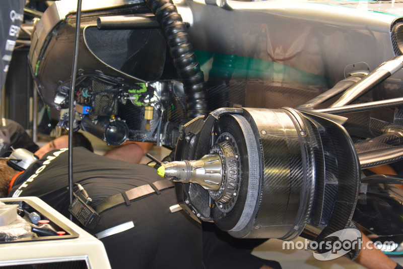 تفاصيل مكابح سيارة مرسيدس دبليو 07
