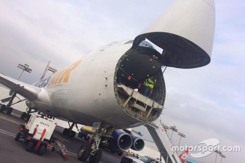 Llegada del equipo de los equipos de F1 en el Boeing 747 de Atlas Air al AICM