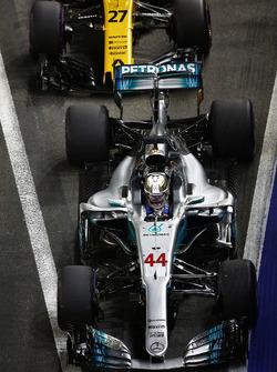 Льюис Хэмилтон, Mercedes AMG F1 W08, и Нико Хюлькенберг, Renault Sport F1 Team RS17