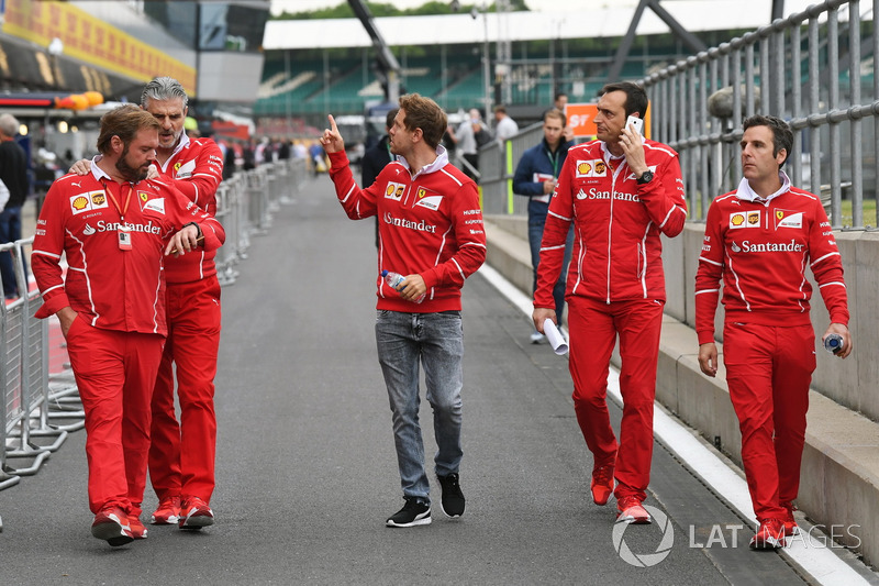 Sebastian Vettel, Ferrari; Maurizio Arrivabene, Ferrari-Teamchef; Gino Rosato, Ferrari; Riccardo Ada