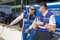 Tony Kanaan, Chip Ganassi Racing Honda parle avec son ingénieur Eric Cowden