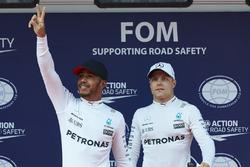 Обладатель поул-позиции Льюис Хэмилтон и Валттери Боттас, Mercedes AMG F1