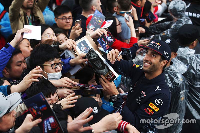 Daniel Ricciardo, Red Bull Racing, con los fans