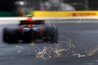 Chispas detrás del RB13 de Max Verstappen