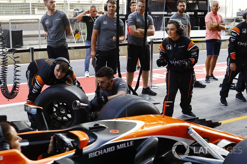 El equipo McLaren organiza una parada en boxes femenino