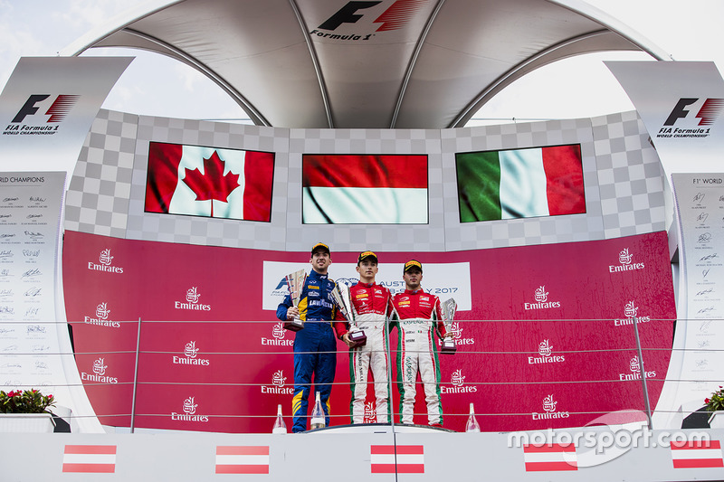 Подіум: переможець Шарль Леклер (PREMA Powerteam), другий призер Ніколя Латіфі (DAMS) і третій призе