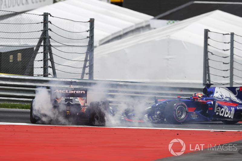 Daniil Kvyat, Scuderia Toro Rosso STR12, collides, Fernando Alonso, McLaren MCL32