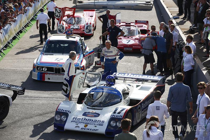 Ханс-Йоахим Штук рядом со своим Porsche 962c