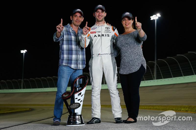 Campeón 2016 Daniel Suarez, Joe Gibbs Racing Toyota y sus padres Rosaline Garza y Alejandro Suárez