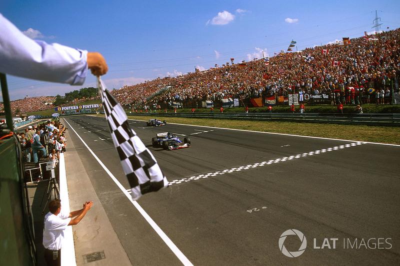 Damon Hill, Arrows A18 Yamaha cruza la meta y se lleva la bandera a cuadros