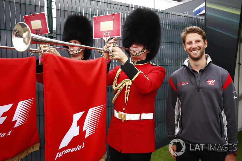 Romain Grosjean, Haas F1 Team, con algunos trompetistas en uniformes de la Guardia escocesa