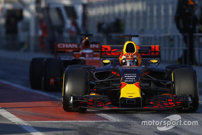 Max Verstappen, Red Bull Racing RB13, sale el pit lane antes de Stoffel Vandoorne, McLaren MCL32