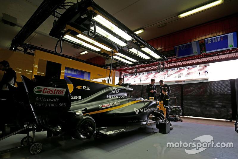 renault f1 team garage atmosphere at barcelona pre season. Black Bedroom Furniture Sets. Home Design Ideas