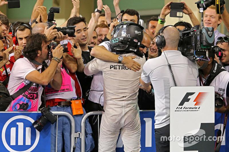 Segundo lugar y nuevo campeón mundial Nico Rosberg, Mercedes AMG F1 celebra en parc ferme