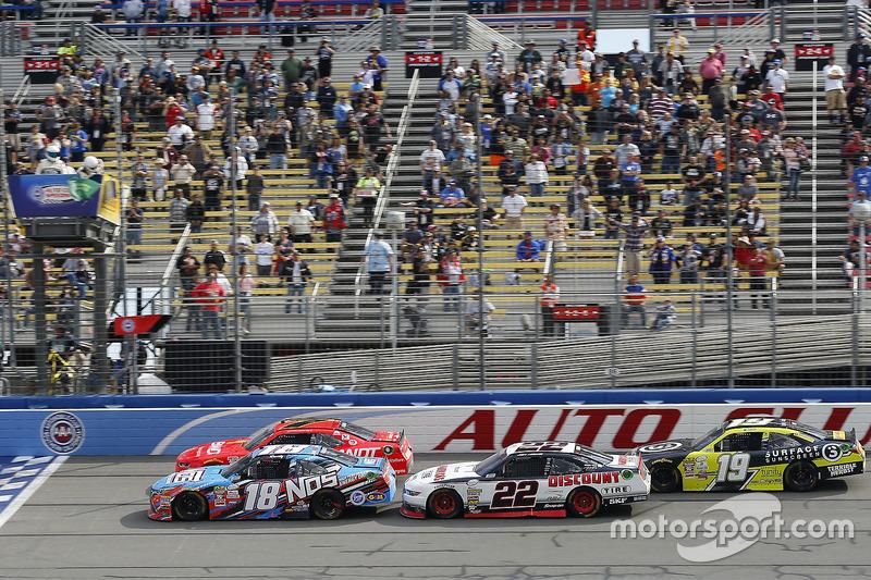 Restart: Kyle Busch, Joe Gibbs Racing, Toyota; Justin Allgaier, JR Motorsports, Chevrolet