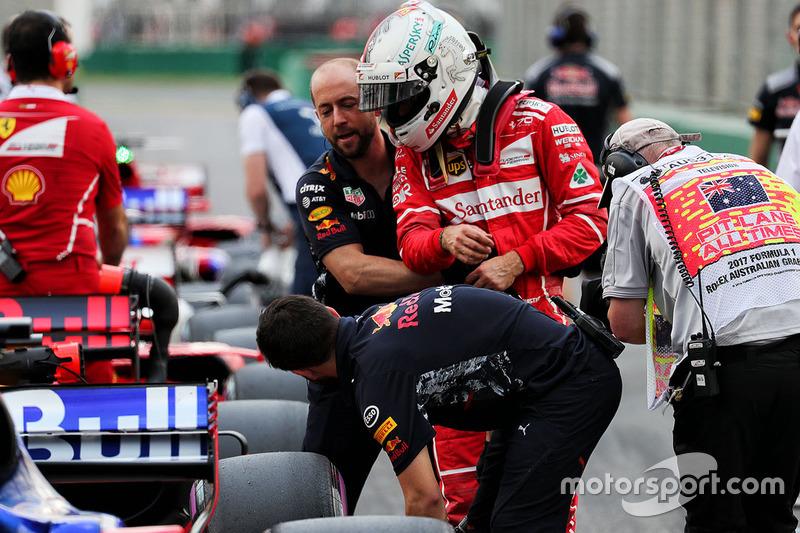 Sebastian Vettel, Ferrari observa el Red Bull Racing RB13