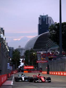 Kimi Raikkonen, Ferrari SF70H und Lewis Hamilton, Mercedes AMG F1 F1 W08