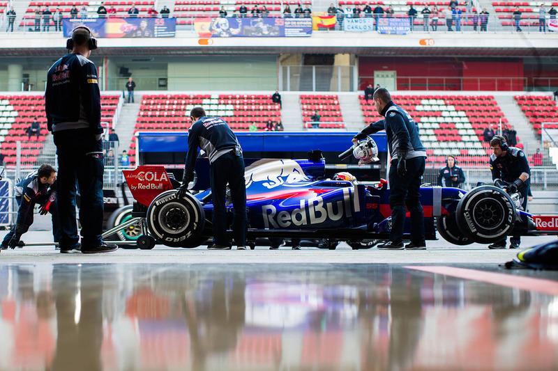 Carlos Sainz Jr., Scuderia Toro Rosso STR12 en pits
