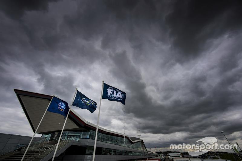 Dunkle Wolken über dem Silverstone Circuit