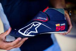Карлос Сайнс, Scuderia Toro Rosso, з кросівком Alpinestars