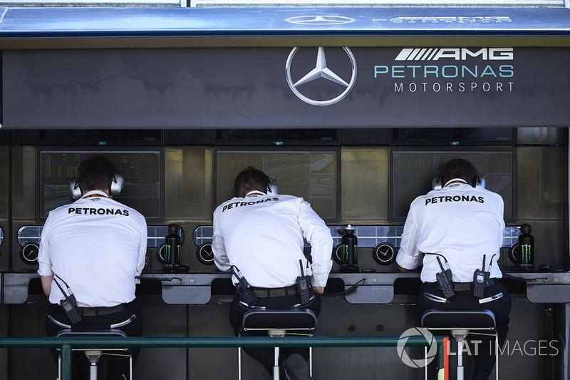 El equipo de Mercedes en la pared de boxes