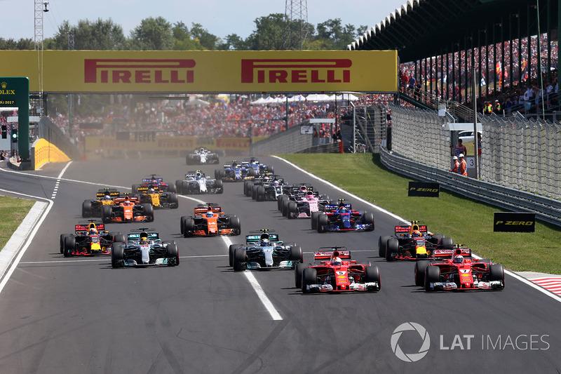 Sebastian Vettel, Ferrari SF70-H y Kimi Raikkonen, Ferrari SF70-H al inicio de la carrera