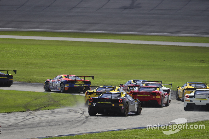 Авария: Амир Кермани (№117, The Collection, Ferrari 488 Challenge) и Жером Якалоне (№124, Ferrari of