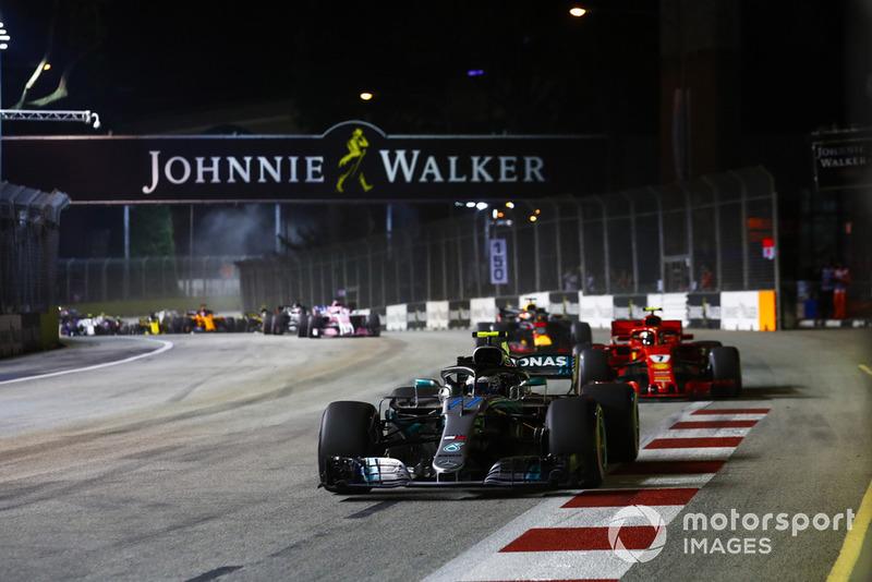Valtteri Bottas, Mercedes AMG F1 W09 EQ Power+, devant Kimi Raikkonen, Ferrari SF71H, Daniel Ricciardo, Red Bull Racing RB14, et Sergio Perez, Racing Point Force India VJM11