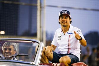 Sergio Perez, Racing Point Force India VJM1, en el desfile de pilotos