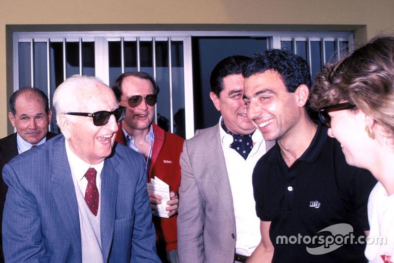 Enzo Ferrari, Michele Alboreto, Ferrari avec sa femme Nadia, lors de la parade des Mille Miglia à l'usine Scaglietti en 1986