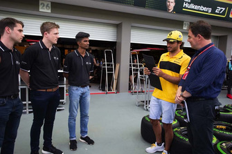 Des participants du programme Infiniti Engineering Academy avec James Allen et Carlos Sainz Jr., Renault Sport F1 Team