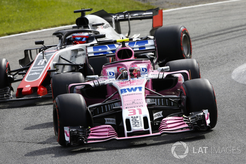 Esteban Ocon, Racing Point Force India VJM11, devant Romain Grosjean, Haas F1 Team VF-18