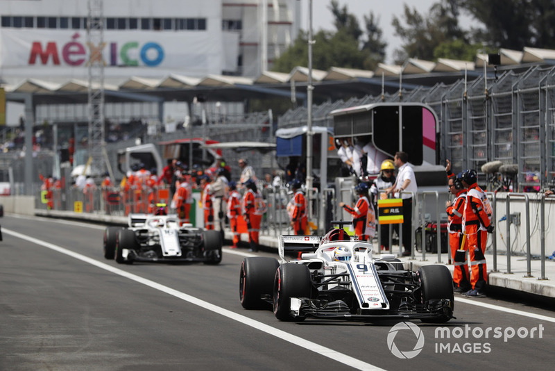 Marcus Ericsson, Sauber C37, and Charles Leclerc, Sauber C37, head to the grid