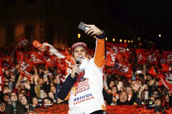 Juara dunia 2018, Marc Marquez, merayakan gelar di Cervera