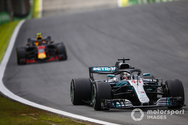 Lewis Hamilton, Mercedes AMG F1 W09, precede Max Verstappen, Red Bull Racing RB14