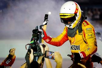 Joey Logano, Team Penske, Ford Fusion Shell Pennzoil, festeggia con il team