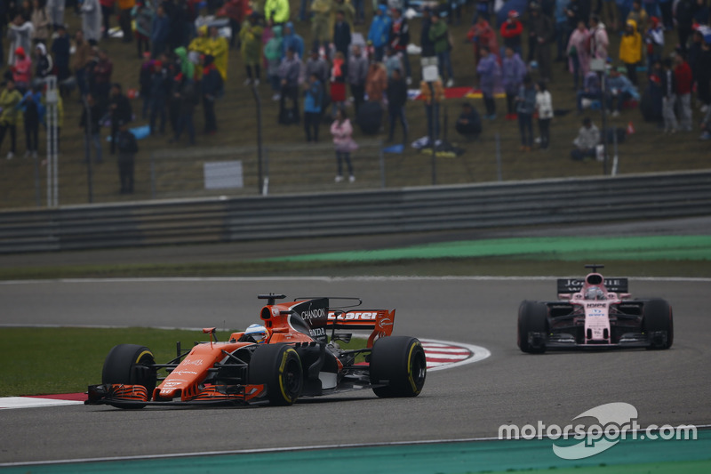 Fernando Alonso, McLaren MCL32; Sergio Perez, Force India VJM10