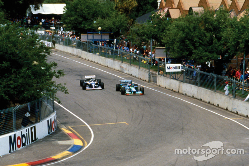 Michael Schumacher, Benetton B194 Ford por delante de Damon Hill, Williams FW16B Renault