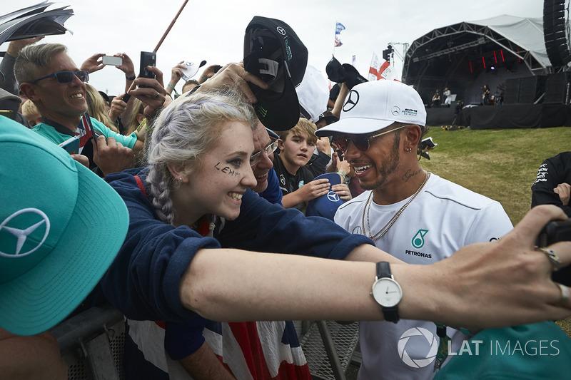 Ganador de la carrera Lewis Hamilton, Mercedes AMG F1, cumple con los aficionados después de la carrera