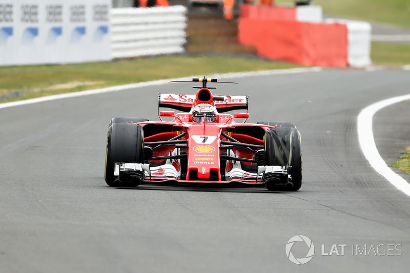 Кімі Райкконен (Ferrari SF70H) з пошкодженою передньою шиною