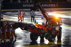 La monoposto di Max Verstappen, Red Bull Racing RB13 viene recuperata dai marshal dopo l'incidente alla partenza