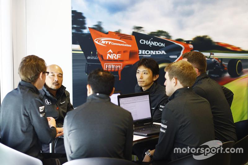 Члени команд McLaren та Honda спілкуються за столом