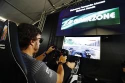 Fernando Alonso, McLaren, teste un simulateur dans la Gamezone