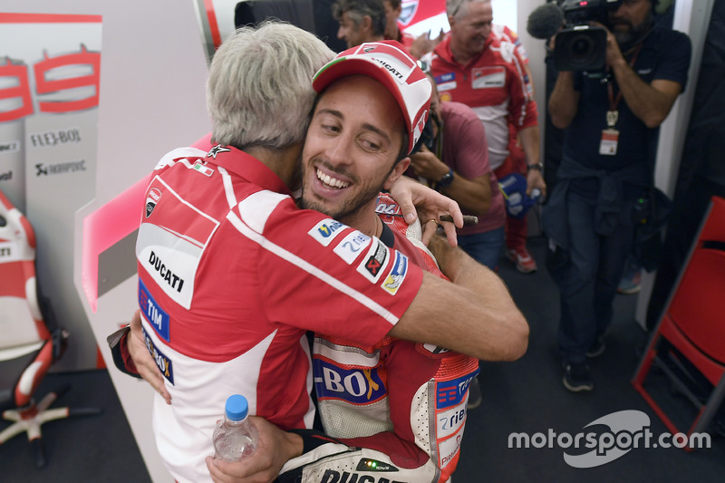 Andrea Dovizioso y Gigi Dall'Igna se abrazan tras la victoria de Ducati en Silverstone