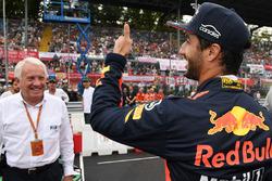 Daniel Ricciardo, Red Bull Racing et Charlie Whiting, délégué FIA
