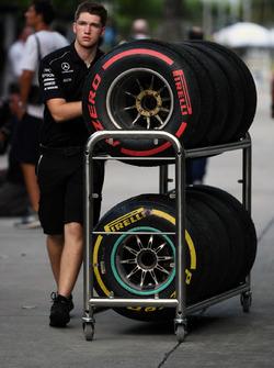 Un meccanico Mercedes AMG F1 e degli pneumatici Pirelli