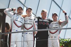 Algemene winnaars #2 Porsche Team Porsche 919 Hybrid: Timo Bernhard, Earl Bamber, Brendon Hartley, team manager Fritz Enzinger, Hoofd van Porsche LMP1
