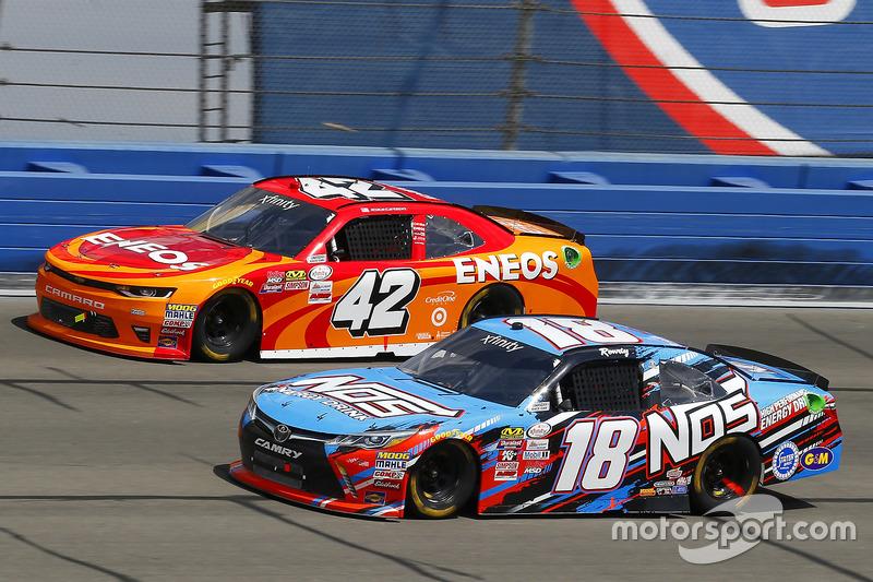 Kyle Busch, Joe Gibbs Racing Toyota and Kyle Larson, Chip Ganassi Racing Chevrolet